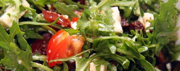 Ruccolasalat med soltørkede tomater og fetaost